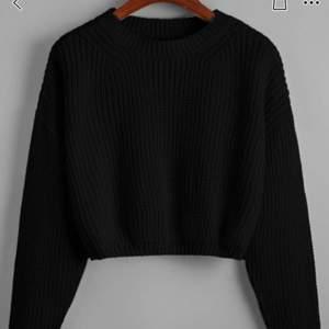 En svart stickad tröja från Shein! Den är kort i modellen och är helt oanvänd. Första bilden är från hemsidan. Köparen står för frakten🥰