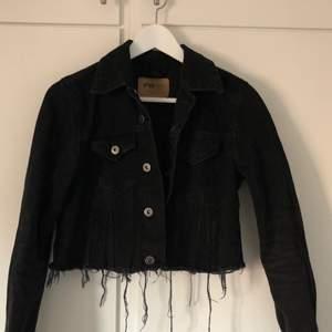 Svart jeansjacka från FB Sister. Aldrig använd och säljs därför. Nytt skick. Sliten svart färg med slitningar där nere. Storlek S, nypris 399 kronor. 👌🏾💓💓