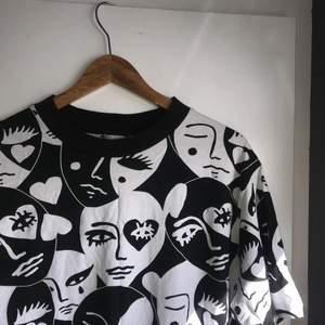 Coolt mönstrad oversized tröja från Monki strl S. Väldigt fint skick knappt använd🤍🖤🤍