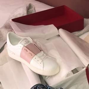 Ett par fina valentino skor o fint skick, box med kvitto o extra sko snören med följs oxå