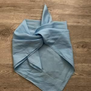 sååå fin blå scarf som knyts som en topp! såååå fin!💓
