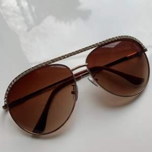 Solglasögon med fina diamant liknande upp till! Riktigt coola!✨