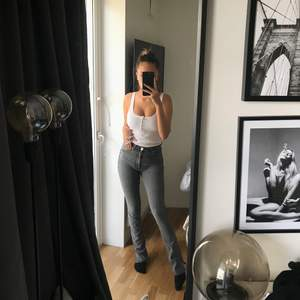 Säljer dessa populära jeansen från ZARA med slits nertill, storlek 36 men passar 32 & 34