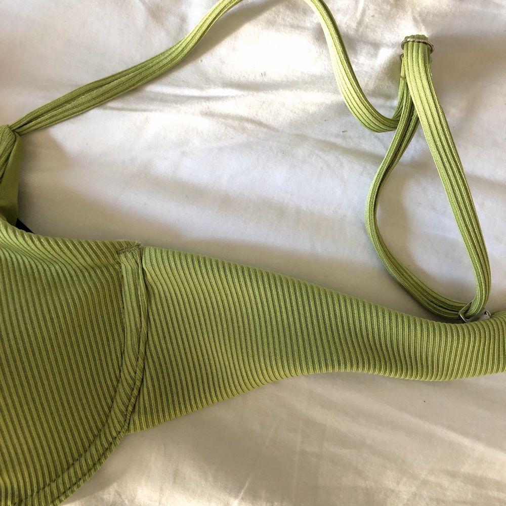 Säljer en oanvänd grön bikiniöverdel från zaful (lappen kvar) som tyvärr är lite för liten💚 den är i ett jättefint grönt ribbat tyg och har justerbara band! BUD 160+frakt budgivningen avlutas på lör 10/4. Toppar.