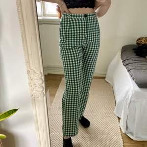 Ett par rutiga byxor i grönt och vit. Hemmagjorda så kanske inte perfekta. Aldrig använda. Allt material är köpt second hand. Jag är 162cm. Högmidjade och har fickor. Passar xs. 💚