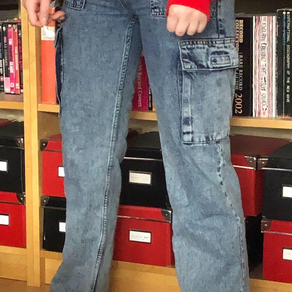 ett par cargo jeans från junkyard. använda men i väldigt bra skick. mina favoritjeans men tyvärr har de blivit för små för mig. . Jeans & Byxor.