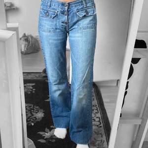 Ett par jätte fina lågmidjade raka jeans som jag köpte här på plick! Tyvärr var dem alldeles för små för mig och behöver därför sälja vidare de, vilket är super synd då jag tycker jeansen är super fina!! Storlek ca XS-S 🥰