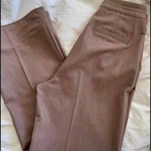 Hanna Schönberg x NA-KD  Supersnygga kostymbyxor i storlek 38! Har fixat längden på dom så dom passar någon som är runt 160-164! 🤎