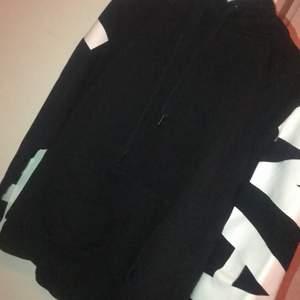En helt vanligt svart hoodie, använd fåtal gånger, säljer då den inte kommer till användning längre. Köpt på New Yorker för 199 kr, säljer för 80 kronor. Kan mötas upp i Linköping annars står köparen för frakten💕
