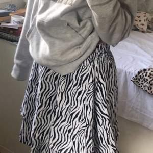 Super cool kjol!! Djurmönster och är perfekt nu på sommaren! Lätt att ta på och har resår i midjan, frakt 54kr✨