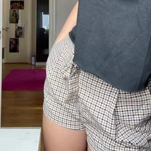 Rutiga shorts från h&m, köpta för ca två år sedan men inte använda många gånger alls, men så fina med en svart top till! Storlek 32 men mer som en 34!Kolla gärna min sida! KRAM❤️