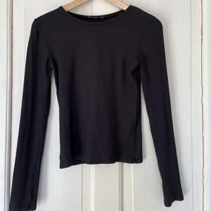 En helt vanlig ribbad svart tröja från Zara 💓 basic tröja, passar till allt, köpt från Woman/ Basic Collection och är i storlek M, passar även som S.