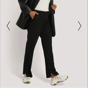 Säljer ett par fina kostymbyxor med en snygg slit på sidan. Nypris 499kr. Nyskick.