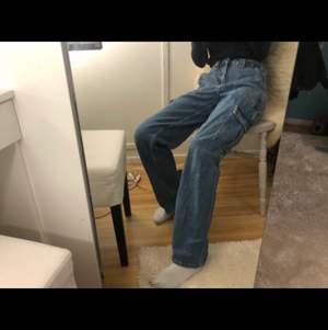 Pösiga jeans med resor i midjan och fickor på benen. Köpa på urbanoutfitters.