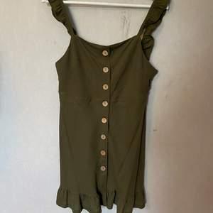 Grön klänning ifrån Topshop i London. Endast använd en gång. Du står för fraktkostnad.