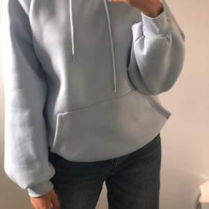 Jättefin oanvänd blå hoodie. Säljer då jag gått upp en storlek och den blivit för liten. Kan tänka mig sänka priset. Köparen står för frakten❤️