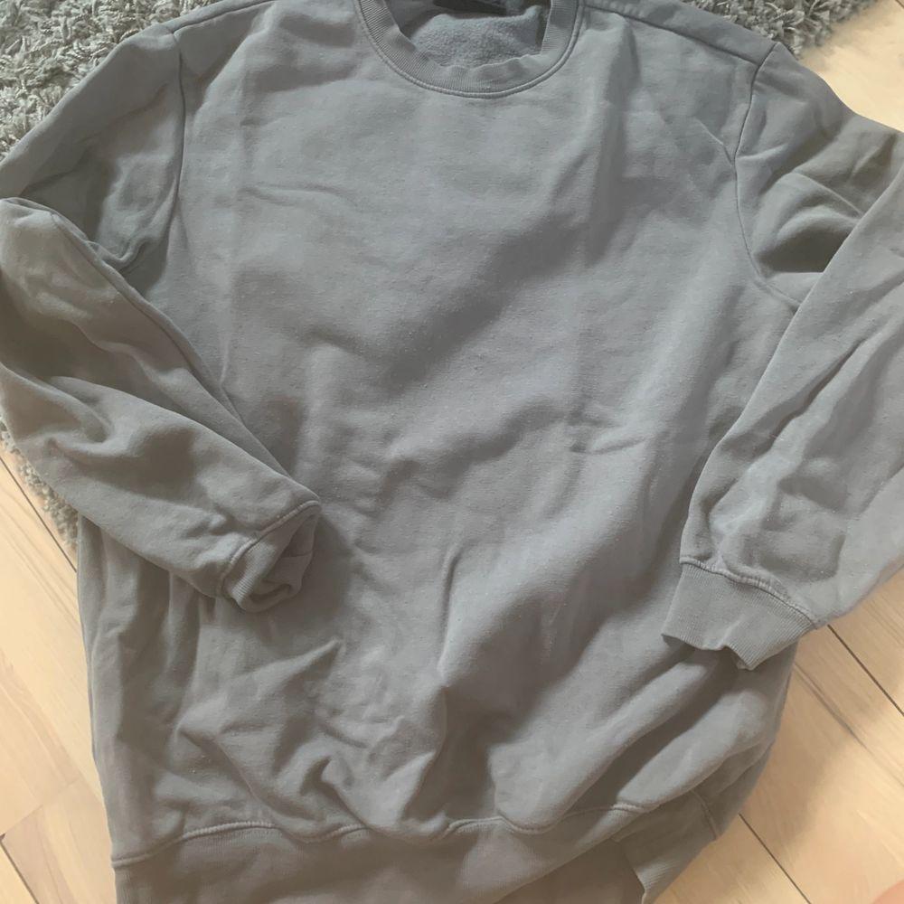 Säljer denna gråa tröja från hm i fint skick, från herravdelning men som passar båda könen! Är s men passar s-m typ! Pris 70kr. Huvtröjor & Träningströjor.