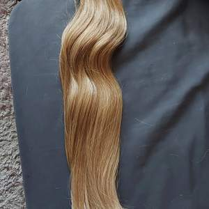 Äkta löshår i toppkvalité från märket Foxylocks. 66 cm långt, 300g tjockt silkeslent hår i perfekt skick. Färgen syns bäst på närbilden.