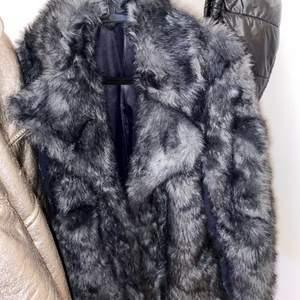 OBS!! Väldigt oklar bild. Fett fin pälsjacka som sitter jättefint på i lila/blå ton. Köpte den i dubai för några år sen och har knappt använt den så den är som i nyskick.