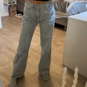 Säljer mina superfina jeans från junkyard då dom tyvärr inte kommer till användning längre!💞 Har en helt perfekt passform men är lite långa i benen på mig som är ca 1,60😋 Don går att dra in och ut i midjan för att passa sin egen kropp!💕