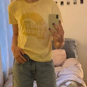 T-shirt med tryck på framsidan, fint skick och i en fin gul färg✨ köpt på Gina tricot men säljs inte längre, säljer för att den inte kommer till användning längre💞