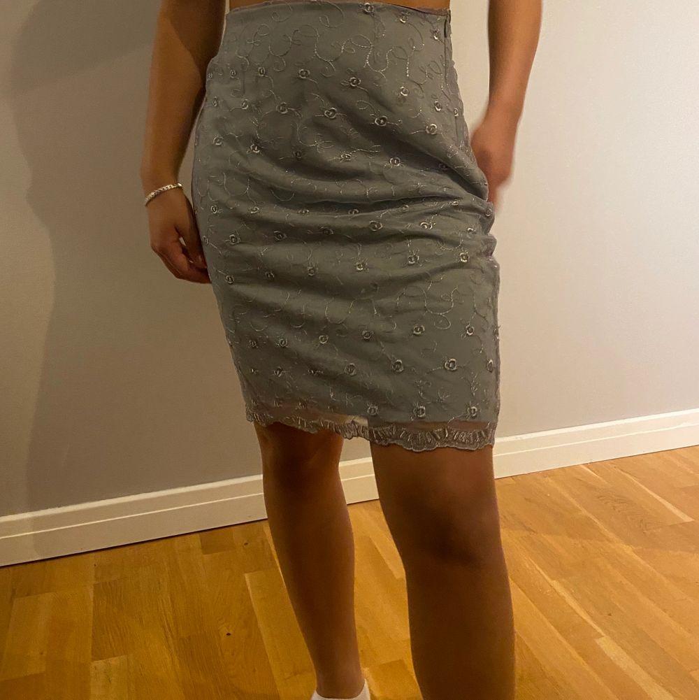 Jättesöt kjol till sommaren. Stolek S men funkar även för M. Köparen står för frakten. Kjolar.