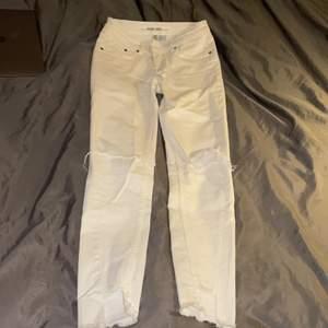 Oanvända vita jeans med slits längst ner för ett bra pris;) dem är i strl 36 men skulle passa 34 oxå🥰