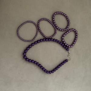 Ett sett med 4 pärlarmband och ett pärlhalsband, alla är i bra skick och knappt använda, frakt tillkommer