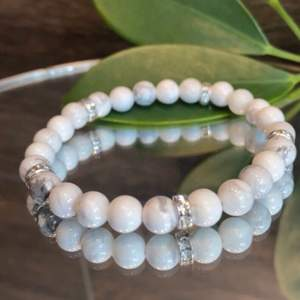 La perle UF säljer egna handgjorda armband med många olika vackra pärlor. En av våra favoriter är marmorpärlorna som används för att lindra stress och för att motverka sömnlöshet. Lägg till berlock för 8 kr!