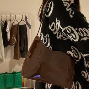 säljer denna bruna lack väskan med kort handtag som man ser på första bilden (väskan är alltså inte lång i bandet som på bild två✨) superfint skick då den aldrig är använd  🥰