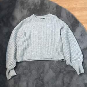 En snygg mysig stickad tröja från Ginatricot storlek S,väldig mysig och sticks inte.