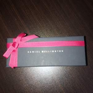 Säljer mitt helt oanvända klockarmband från Daniel Wellington.  Aldrig använt då måtten blev fel, och företaget tillåter inte retur.  Silvrig länk, 32mm och tillhör Petite kollektionen!  Köptes innan julafton för 499kr  Hör gärna av dig vid frågor.