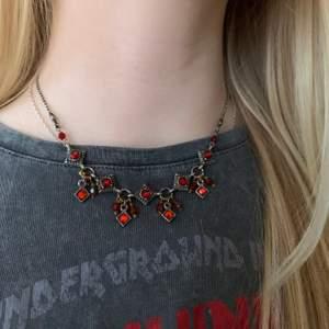Vackert halsband! Stenar i varmare färger, väldigt fint!!