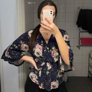 Säljer denna söta blus, använd fåtal gånger. Storlek XS men passar mig som har S/M vanligtvis. Köparen står för frakt 💞