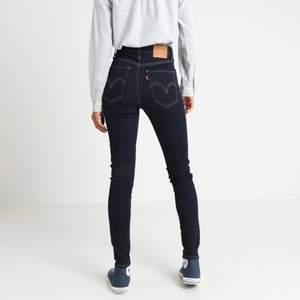 Ett par Levis Jeans som inte kommer till användning, nypris 999 kr och dom är som nya! Kan skicka egna bilder privat vid intresse. W23 L30 passar mig som vanligtvis har XS/S i jeans 🦋 frakt ingår i priset vid snabb affär