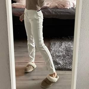 Vita kostymbyxor från zara fint skick, inte noppriga och inga fläckar🤗🤗
