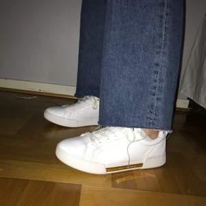 Superfina skor från Tommy Hilfiger, knappt använda så som nya 🤩 storlek 39, köparen står för frakten!