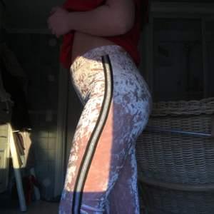 Rosa festliga sammets byxor med revärer i sidan. Perfekt för fest till en söt topp. 💓 köpta på barnavdelningen men passar utmärkt på mig som är 15!