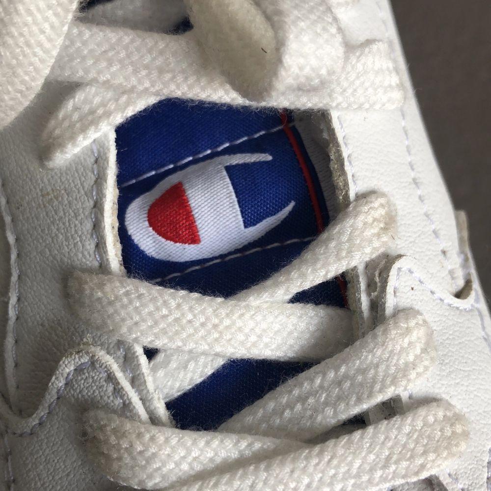 Sneakers från champion i storlek 39. Använt ett fåtal gånger så de är i fint skick. Nypris när jag köpte de var 900 kr. Frakt ingår i priset! . Skor.
