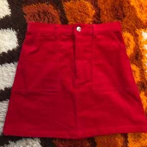 Röd kjol i manchester! Nyskick. Storlek 36. Går att mötas upp i Hagfors eller så skickas den med posten där köparen står för frakten!