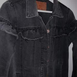 En annorlunda jeansjacka med en volang! 💘