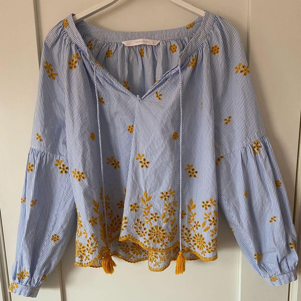 En fin somrig blus från Zara som inte kommer till användning. Använd ett fåtal gånger.. Blusar.
