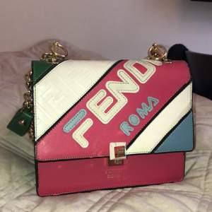 Inspirerad Fendi väska! Super söt och snygg axelväska använd några gånger.