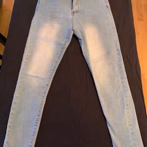 Ljusa jeans, väldigt skönt o ganska stretchigt material. Ganska korta i benen (jag är 159)