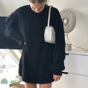 stickad klänning från chiquelle. kan även användas som oversized stickad tröja