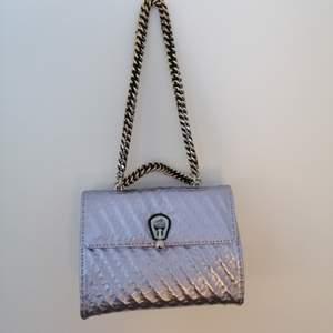 Fick denna Kurt Geiger väska av en vän som fått den när hon modellat. Vet tyvärr ej nypris och har inte förpackningen kvar, men den är oanvänd och i nyskick. Säljer pga kommer ej till användning. Kan fraktas eller finns att hämta i Hökarängen.