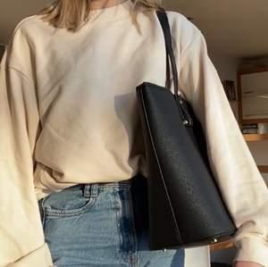 Fin väska från hm med flera fack inuti, kommer tyvärr inte till användning! Hör av dig vid intresse och för fler bilder🥰Frakt tillkommer!