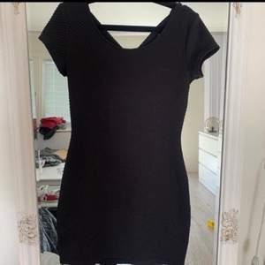 Säljer en svart klänning men korsningar i ryggen i storlek 38. Väldigt få gånger använda