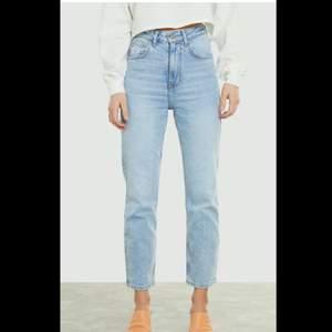 Tyvärr måste jag sälja dessa fantastiska jeans pga de blev för små för mig 🥺. Köpta från Bikbok förra året i januari, de är i strl M. Använd några ggr, max 10. Köpta för ca 450 kr men säljer billigt eftersom jag vill bli av med de. Köparen står för frakten oxh därför kan välja att skicka med andra post alternativ!!😊