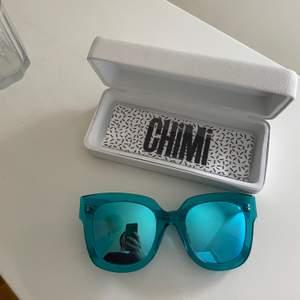 Säljer mina oanvända chimi glasögon i en lite större modell. De är turkosa med spegelglas och passar perfekt på en skidresa typ!!! Box och en helt ny inplastad torkduk medföljer. Dessa glasögon är så unika och sälja inte längre vad jag vet💕💕💕💕köpta förra året för 999kr, buda i kommentarerna från 350kr ink frakt❤️ AVSLUTAS ONSDAG 24/2 KL 18.00. HÖGSTA BUD: 380kr